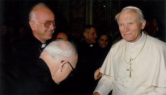 Padre Antonino Persico (a sinistra nella foto) con Papa Giovanni Paolo II