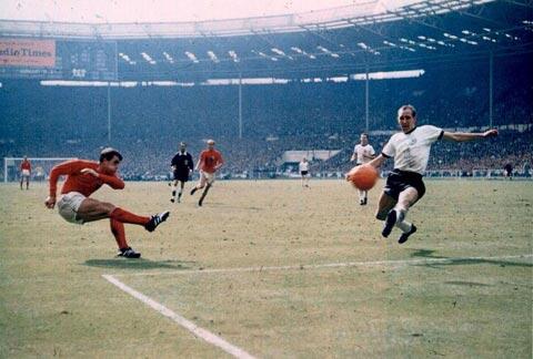 Geoff Hurst (a sinistra), in azione durante la finale mondiale del 30 luglio 1966