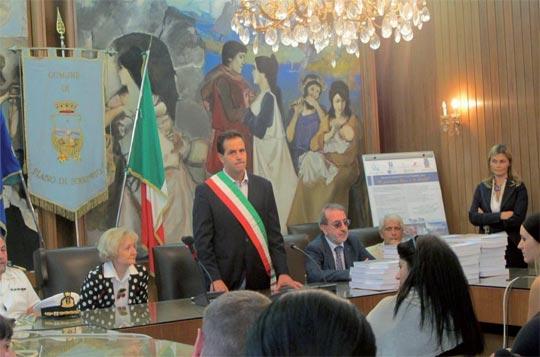 A sinistra Cecilia Coppola (presidente Cypraea), al centro Giovanni Ruggiero (sindaco di Piano di Sorrento)